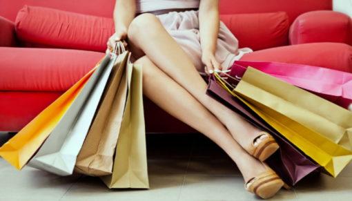 nő bevásárlótáskákkal