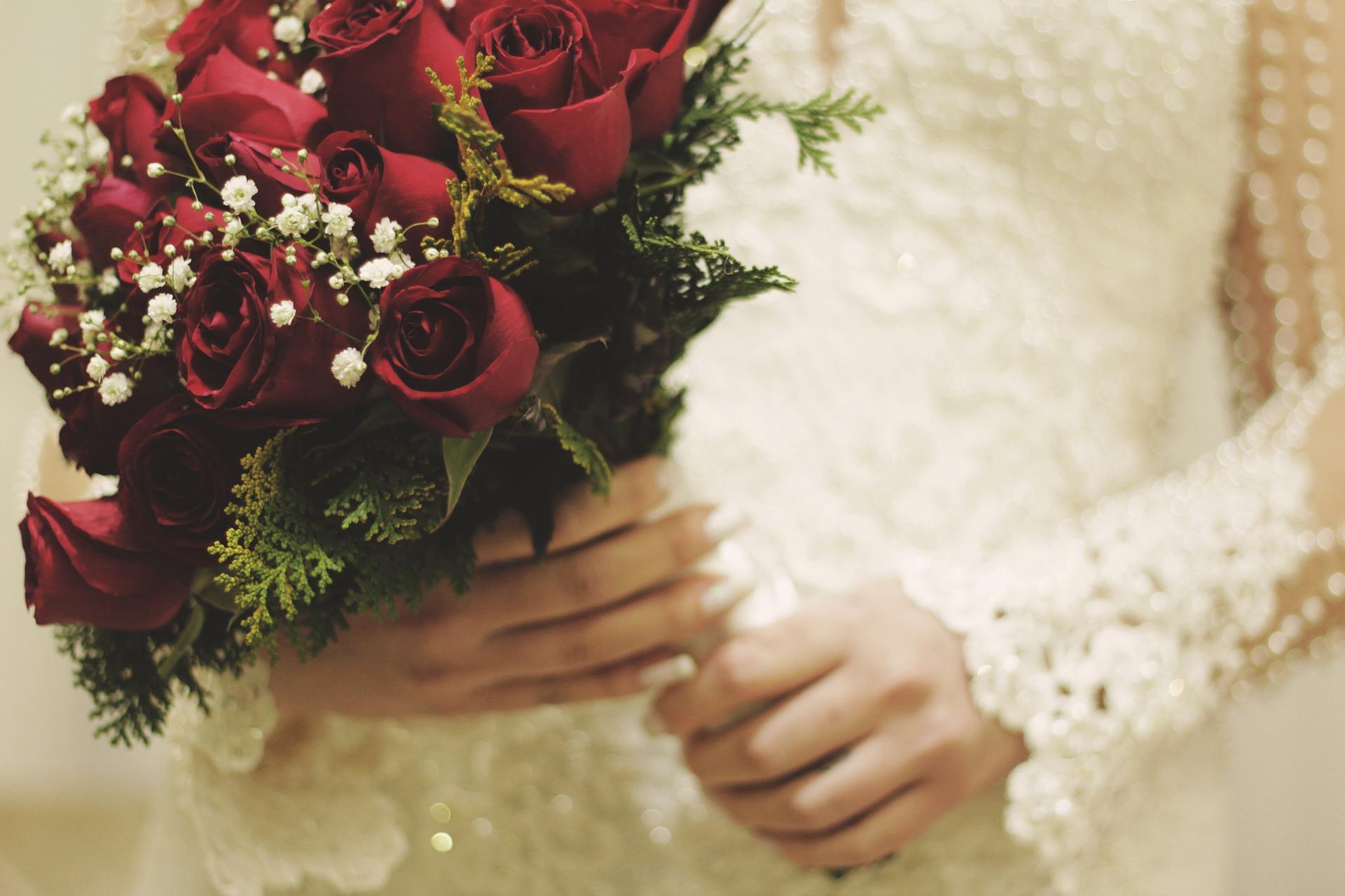 vörös menyasszonyi csokor